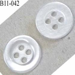 bouton diamètre 11 millimètres couleur transparent cristal  brillant une face légèrement  argenté 4 trous  diamètre 11 mm