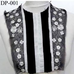 Devant Plastron Superbe hauteur 34 cm largeur en haut 30 cm largeur en bas 20 cm brodé couleur noir et blanc