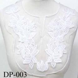 Devant  plastron Superbe hauteur 30 cm largeur en haut 32 cm largeur en bas 16 cm brodé couleur  blanc