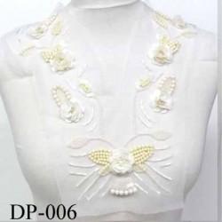 Devant  plastron col avec sequins perles strass Superbe hauteur 33 cm largeur en haut 30 cm largeur en bas 16 cm blanc