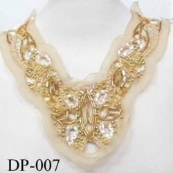 Devant  plastron col avec perles brillantes Superbe hauteur 25 cm largeur en haut 25 cm largeur en bas 10 cm doré