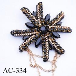 broche  80 mm montée  sur épingle couleur noir  et or brillante avec strass et chaine et maillon diamètre 80 mm