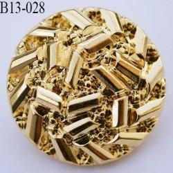 bouton 27 mm en pvc couleur doré or accroche au dos avec un anneau a diamètre 13 millimètres
