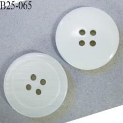 Bouton 25 mm en pvc couleur ivoire brillant sur une face sur l'autre nacré rayé 4 trous diamètre 25 mm