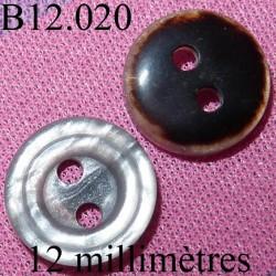 bouton 12 mm   couleur marron foncé et nacré d'une face et mabré  gris brillant de l'autre face 2 trous diamètre 12 mm