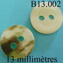 bouton 13 mm   couleur nacre mat sur une face et marbré vert kaki sur l'autre 2 trous diamètre 12 millimètres