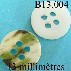 bouton 13 mm   couleur blanc nacre mat sur une face et marbré vert kaki sur l'autre 4 trous diamètre 12 millimètres