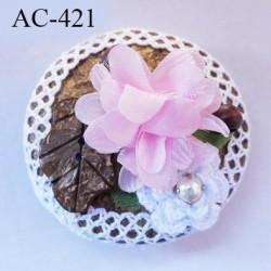 Broche montée sur bois exotique décorée de dentelle blanche coton et fleur rose épaisseur 23 mm diamètre 6 cm superbe