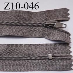 fermeture zip longueur 10 cm couleur taupe clair non séparable largeur 2.4 cm glissière nylon largeur  4 mm