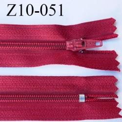 fermeture zip longueur 10 cm rouge tirant sur le bordeaux non séparable largeur 2.4 cm glissière nylon largeur  4 mm