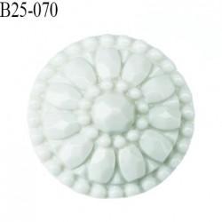 bouton 25 mm en pvc couleur blanc cassé diamètre 25 mm accroche au dos avec un anneau prix a la pièce