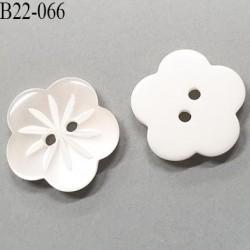 bouton fleur pvc 22 mm couleur cristal transparent a fleur incrusté et blanc l'autre face 2 trous diamètre 22 mm prix a la pièce