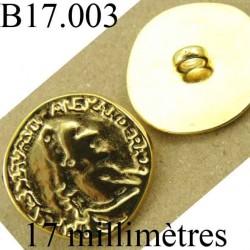 bouton 17 mm   provenant d'une vieille mercerie en métal inscription en relièf accroche avec un anneau  diamètre 17 millimètres
