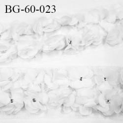 biais galon motif fleurs couleur blanc strass au centre de la fleur largeur 60 mm largeur tulle 75 mm vendu au mètre