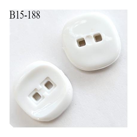 Bouton 15 mm carré 2 trous couleur blanc  épaisseur 3.2 mm  coté 15 mm prix à l'unité