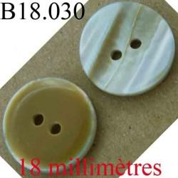 bouton 18 mm couleur marron caramel d'une face et marbré vainé de l'autre brillant 2 trous diamètre 18 mm