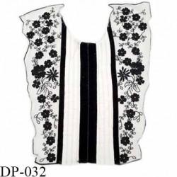Devant plastron 30 cm hauteur 34 cm largeur en haut 30 cm largeur en bas 20 cm brodé couleur noir et blanc prix à l'unité