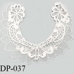 Devant plastron 30 cm col brodé couleur blanc largeur 30 cm hauteur 28 cm prix à l'unité