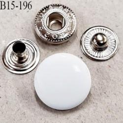 Bouton 15 mm pression composé de 4 éléments diamètre 15 mm 3 pièces en métal et le bouton en pvc couleur blanc brillant