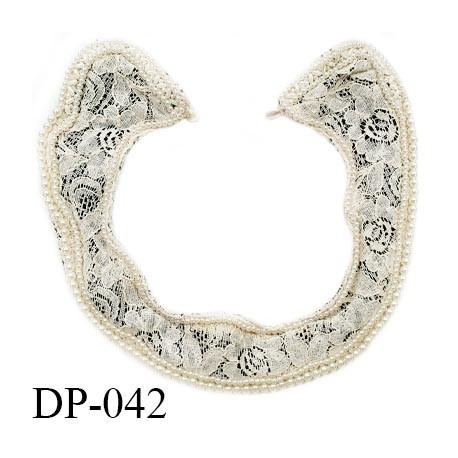 Devant plastron 25 cm col crochet couleur beige sur fond noir avec contour en perles cousues prix à l'unité