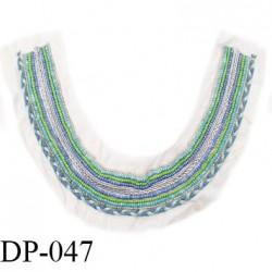 Devant plastron 30 cm perles et tresse couleur bleu vert sur support naturel largeur 30 cm hauteur 22 cm prix à l'unité