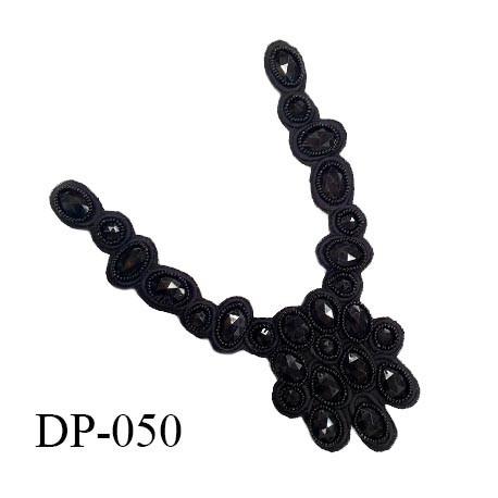 Devant plastron 20 cm perles noires sur tissu noir largeur 20 cm hauteur 30 cm prix à l'unité