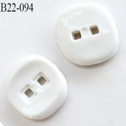 Bouton 22 mm carré 2 trous couleur blanc épaisseur 3.2 mm largeur 22 mm prix à l'unité