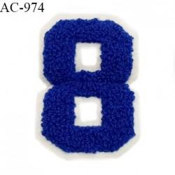 Ornement applique écusson chiffre 8 sur support style feutrine à coudre couleur bleu hauteur 8 cm largeur 5.5 cm prix à l'unité