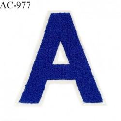 Ornement applique écusson lettre A sur support style feutrine à coudre couleur bleu hauteur 14 cm largeur 13 cm prix à l'unité