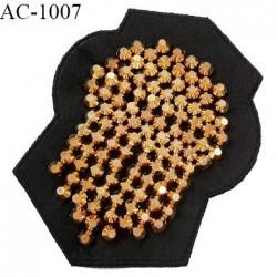 Décor ornement écusson en feutrine noire et pointes Spike argentées largeur 11.5 cm hauteur 13.5 cm à coudre prix à l'unité