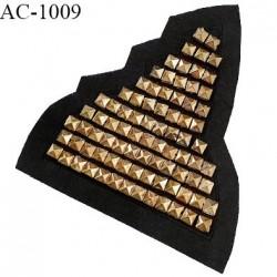 Décor ornement écusson en feutrine noire et pointes Spike dorées largeur 14 cm hauteur 16 cm à coudre prix à l'unité