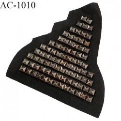Décor ornement écusson en feutrine noire et pointes Spike couleur chrome largeur 14 cm hauteur 16 cm à coudre prix à l'unité