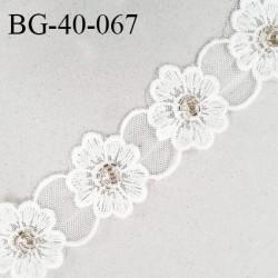 Galon dentelle 40 mm fleurs brodées sur tulle couleur naturel largeur 40 mm prix au mètre