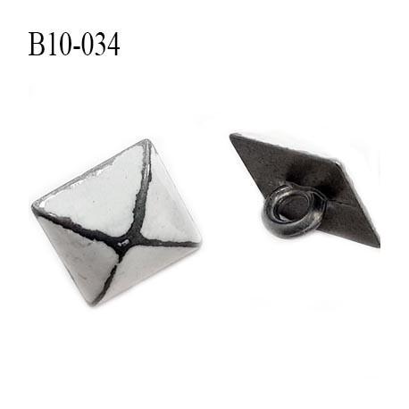 Bouton en métal 10 mm carré et bombé en pointe style ancien façon émail et étain accroche avec un anneau prix à l'unité