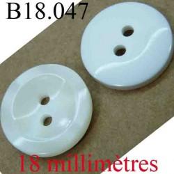 bouton 18 mm couleur blanc sur une face et nacré sur l'autre 2 trous diamètre 18 mm