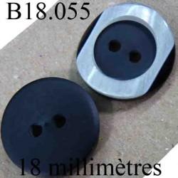 bouton 18 mm couleur noir mat sur une face et gris brillant et noir sur l'autre  2 trous diamètre 18 mm
