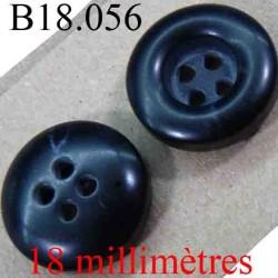bouton 18 mm couleur noir brillant bonbé sur une face et avec un renfoncement sur l'autre 4 trous diamètre 18 mm