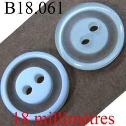 bouton 18 mm couleur blanc brillant sur une face et blanc cassé sur l'autre 2 trous diamètre 18 mm