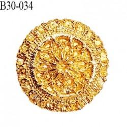 Bouton 34 mm en métal couleur or avec motifs en relief très beau accroche avec un anneau épaisseur 4 mm prix à la pièce