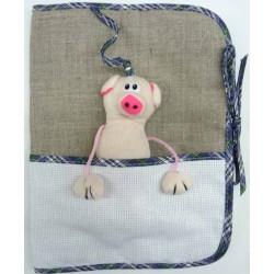 carnet de santé à broder avec peluche cochon