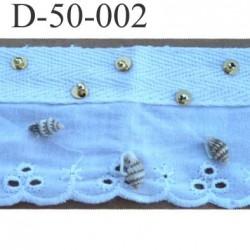 dentelle galon ruban couleur blanc  avec des coquillages et des rivets boule doré  largeur  50 mm très belle