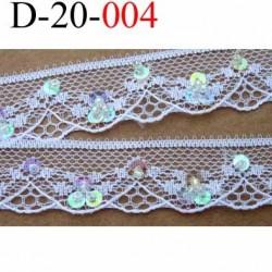 dentelle synthétique largeur 20 mm couleur blanc avec strass couleur arc en ciel diamètre 4.5 mm et petites perles