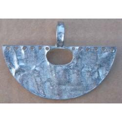 pendentif demi lune estampillé Biche de Bere métal bosselé patiné