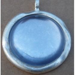 pendentif  bleu rond estampillé Biche de Bere métal patiné 2éme choix