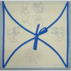 enveloppe coussin à broder toile écru coton motifs chats biais bleu