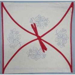 enveloppe coussin à broder toile écru coton motifs fraises biais rouge