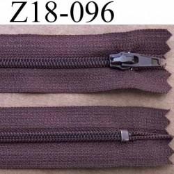 fermeture  éclair  longueur 18 cm couleur marron non séparable largeur 2.5 cm glissière en nylon largeur 4 mm curseur métal
