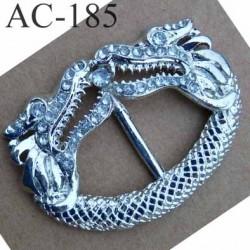 boucle étrier axe fixe métal brillant fantaisie motif dragon largeur extérieur 59 mm intérieur 38 mm hauteur 42 mm