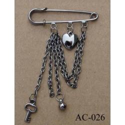 broche en métal montée sur épingle avec pendentifs coeur largeur 5 cm