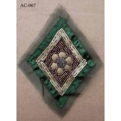 ornement applique écusson empiècement avec perles couleur vert et bronze à coudre